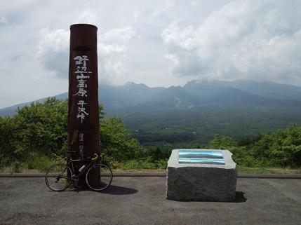 平沢峠からは八ヶ岳連山が一望に。サンメドウズ(スキー場)も見える